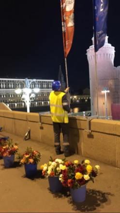 Готовятся устанавливать флаги чемпионата. Попросили нас передвинуть вазоны Фотографии — Ирина Русанова