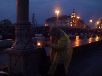 11.05.2019 Ночное дежурство на Мемориале Немцова Валера зажигает маленькие звёздочки на земле