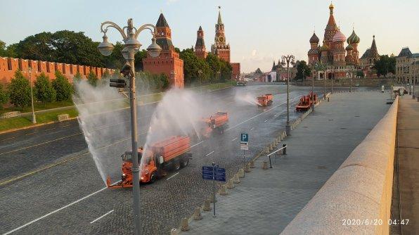 20.06.2020 Немцов мост. Поливают и чем-то обрабатывают