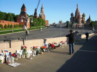 Немцов мост. 13.05.2016 Прохожий-турист