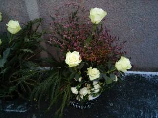 Белые розы с хвоей - прекрасное сочетание