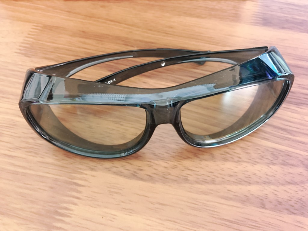 メガネの上からかけられるブルーライトカットグラス