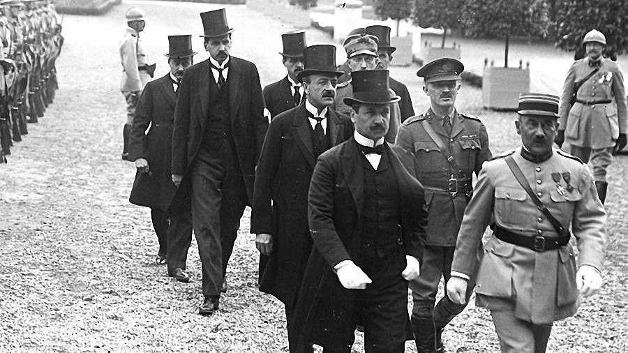 Akik aláírták a diktátumot: Elől Benárd Ágost, mögötte Drasche-Lázár Alfréd