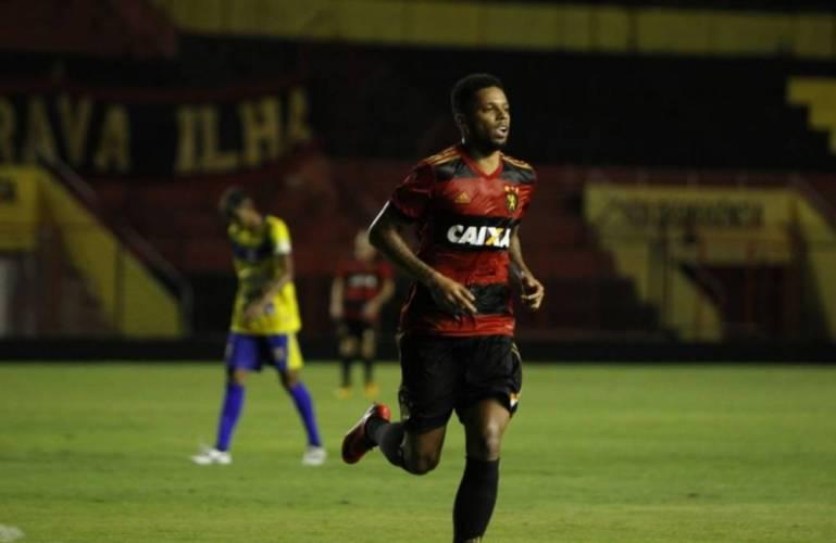Sport vence em casa e cola na liderança do Pernambucano