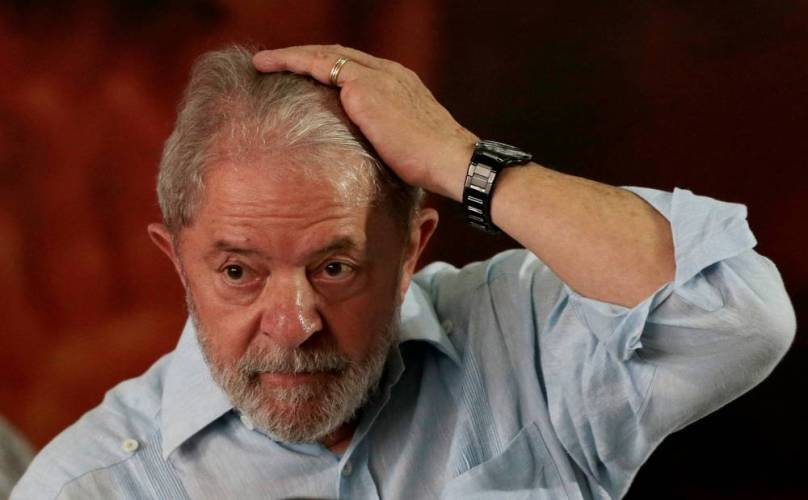 Lula tem passaporte apreendido e é proibido de sair do Brasil