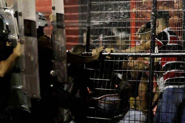 Confusão de torcida com PM em Sport x Santa deixa sessenta feridos