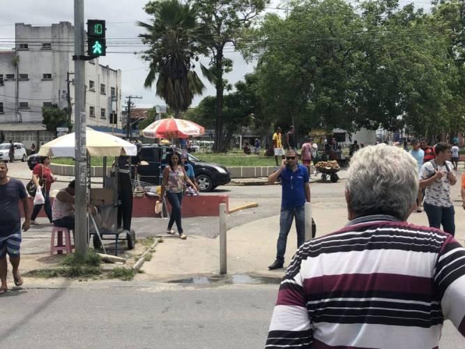 Travessia de risco: semáforos do centro de Paulista colocam vida dos pedestres em risco