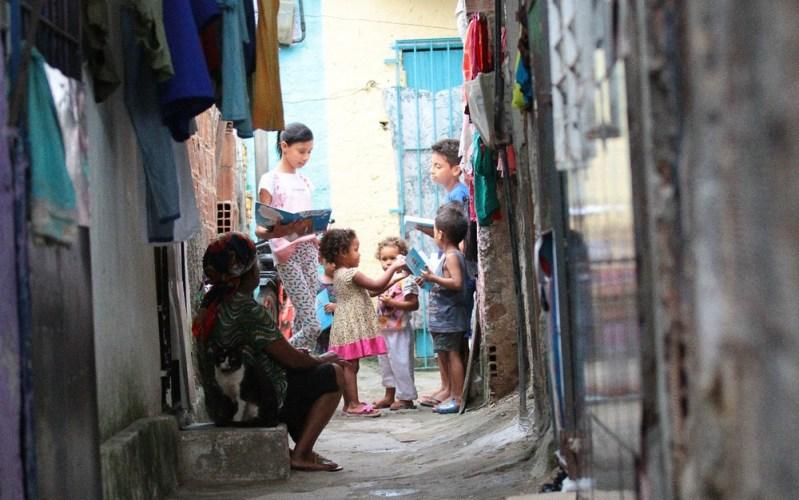 Garota de 11 anos transforma becos de comunidade no Recife em sala de aula para crianças