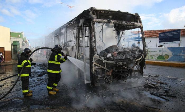 Ônibus pega fogo no sítio histórico de Olinda