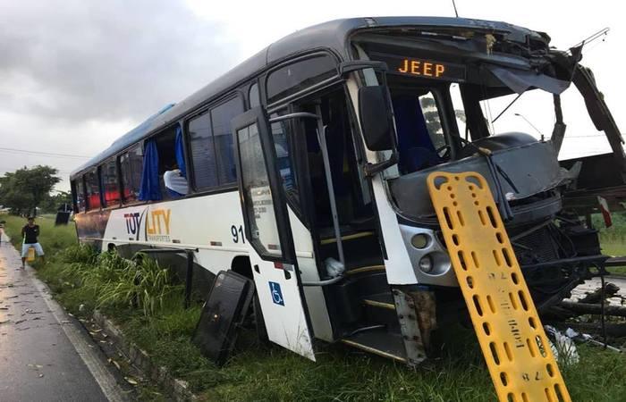 Acidente com ônibus deixa pelo menos 20 feridos em Igarassu