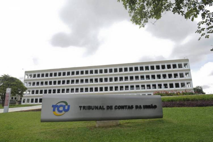 44% dos órgãos públicos pagam algum salário irregular a servidores, diz TCU