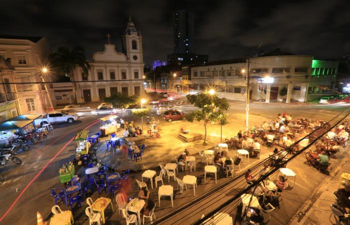Governo fecha shoppings, bares, restaurantes, salões de beleza e comércios de praia