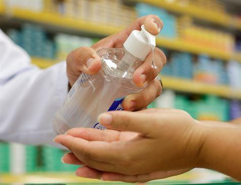Farmácias de manipulação podem começar a fabricar álcool em gel