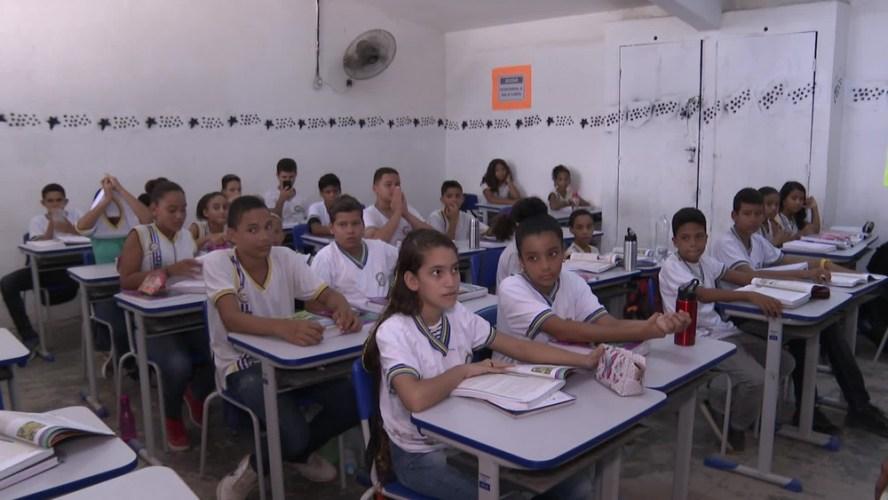 Alunos dividem livros didáticos por causa da falta de material escolar em Paulista