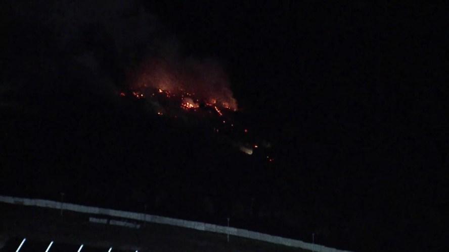 Incêndio atinge área de vegetação às margens da PE-22, em Paulista
