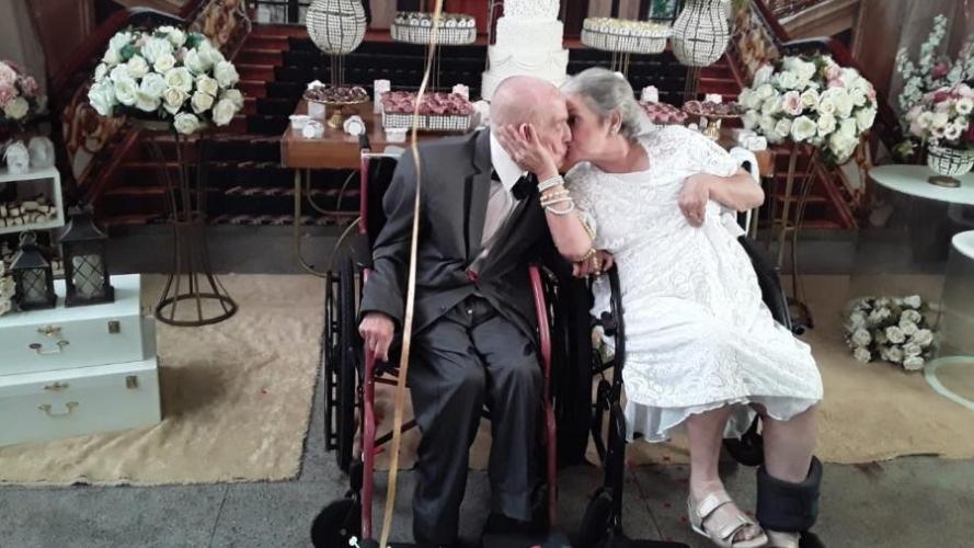 Casais de idosos se apaixonam e se casam no asilo onde moram em MG .