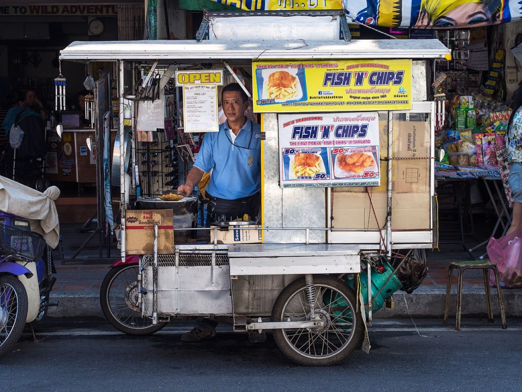 2014_Fish_and_chips_street_vendor_Chiang_Mai