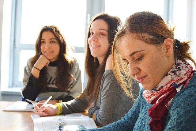 語学学校で学ぶ生徒