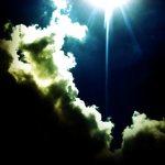 雲間から輝く太陽