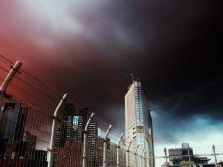 フェンス越しのビル 差分:赤み強/青み強/雨