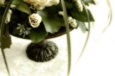 アンティーク花瓶と白薔薇