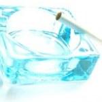 ガラスの灰皿と煙草