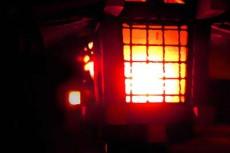 暗闇を煌々と照らす灯籠
