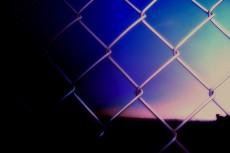 フェンス越しの空の写真素材(2パターン)