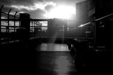 光が射す屋上風景