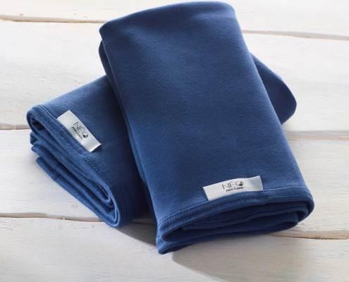 L'écharpe bleu marine kangourou Néo peau à peau recommandée en puériculture pour les bébés à termes ou prématurés