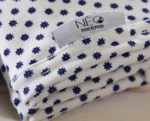 Détail écharpe Néo | bleu florale kangourou recommandée en puériculture pour les bébés à termes ou prématurés