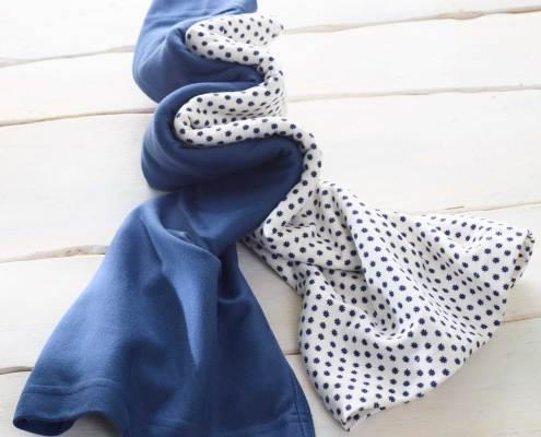 L'écharpe bleu florale kangourou Néo peau à peau recommandée en puériculture pour les bébés à termes ou prématurés