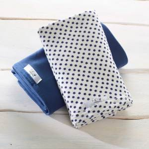 L'écharpe Néo | bleu florale kangourou Néo peau à peau recommandée en puériculture pour les bébés à termes ou prématurés