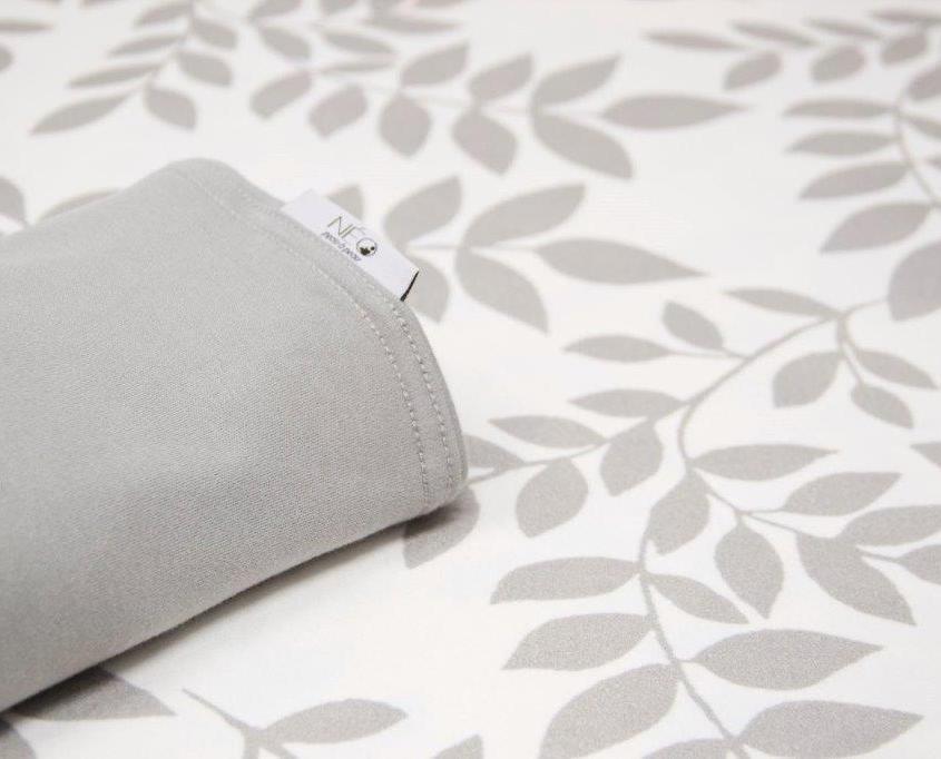 Écharpe grise et feuille - Néo, peau à peau pour vous et votre enfant