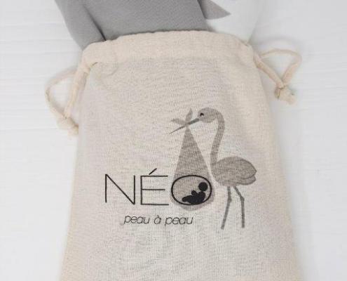 Écharpe grise et motifs de feuille Néo pour le peau à peau