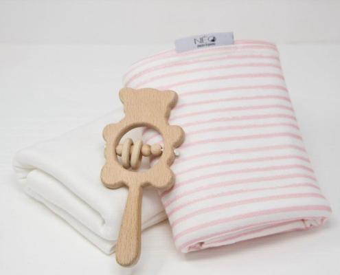 Écharpe rose rayée écru et jouet en bois de la marque Néo pour le peau à peau