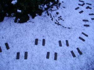 Las huellas de los chanclos parecen el kanji de 'dos'