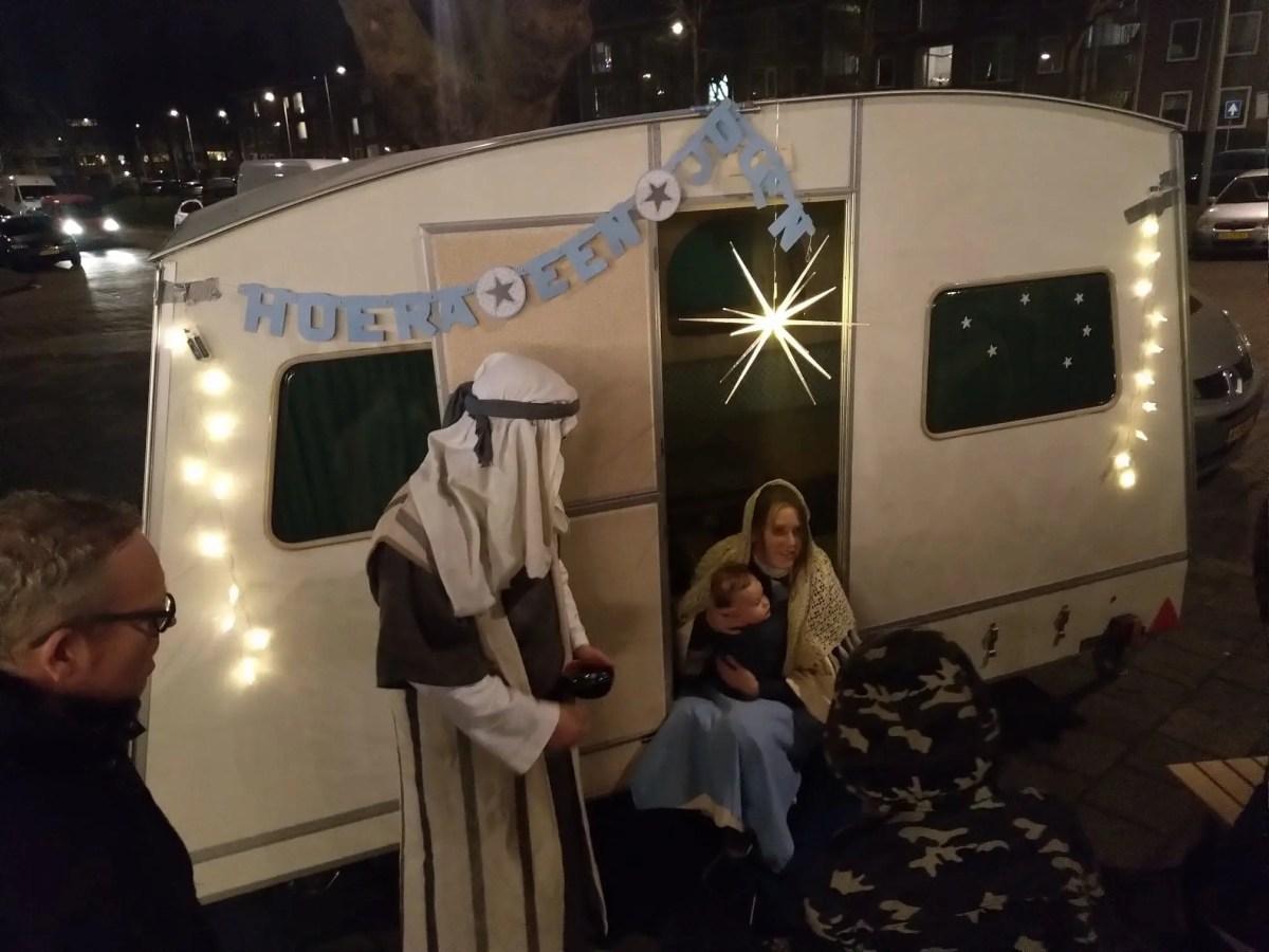 Moeder bevalt met kerst van een kind in een caravan