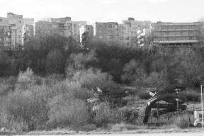 なんだか社会主義的な建物と,打ち捨てられたウォータースライダー
