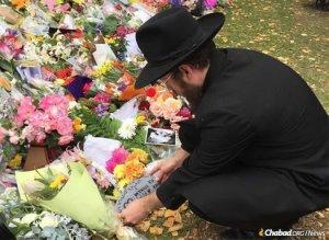 Rabbi vigasztalja a gyászoló muszlimokat Új-Zélandon