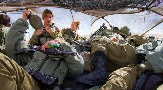 Sziklának álcázott katonák egy felderítési gyakorlaton Eilat mellett. Fotó: Debbie Zimelman