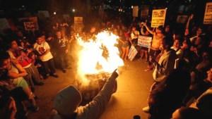 Már Bibliát is égetnek a portlandi zavargásokon