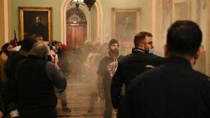 Ismét biztonságos a Capitolium, egy tüntető meghalt, Trumpot letiltották a Twitterről