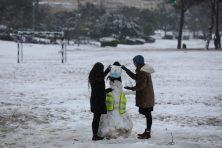 Még a hóember is a jeruzsálemi hétköznapokra reflektál: sem kipa, sem szájmaszk nem hiányozhat róla Fotó: MTI/EPA/Abir Szultan