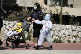 A koronavírus-járvány idén a purimi ünnepségekre is rányomta a bélyegét. Fotó: MTI/EPA/Abir Szultan