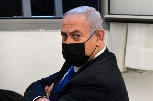 Riport: Netanjahu rotációs miniszterelnöki posztot ajánlott Gantznak és Derinek