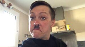 Hitlernek maszkírozta magát Sárosdi Lilla, a kormányt kritizálta