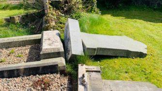 _118091003_gravestones_1