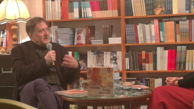 Petőcz András az ... és arcára álarcot teszen című verseskötet bemutatóján.