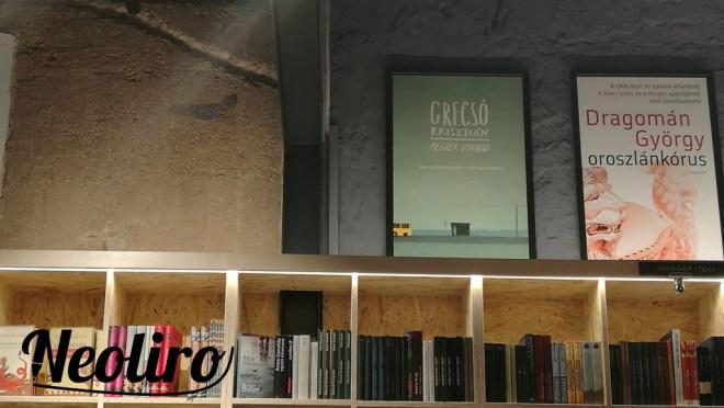 A Magvető Café polcai megvilágítva és feltöltve könyvekkel.